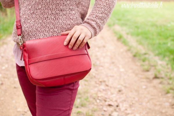 sac rouge avec look rose poudré